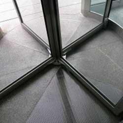Porta giratória é um importante elemento de segurança